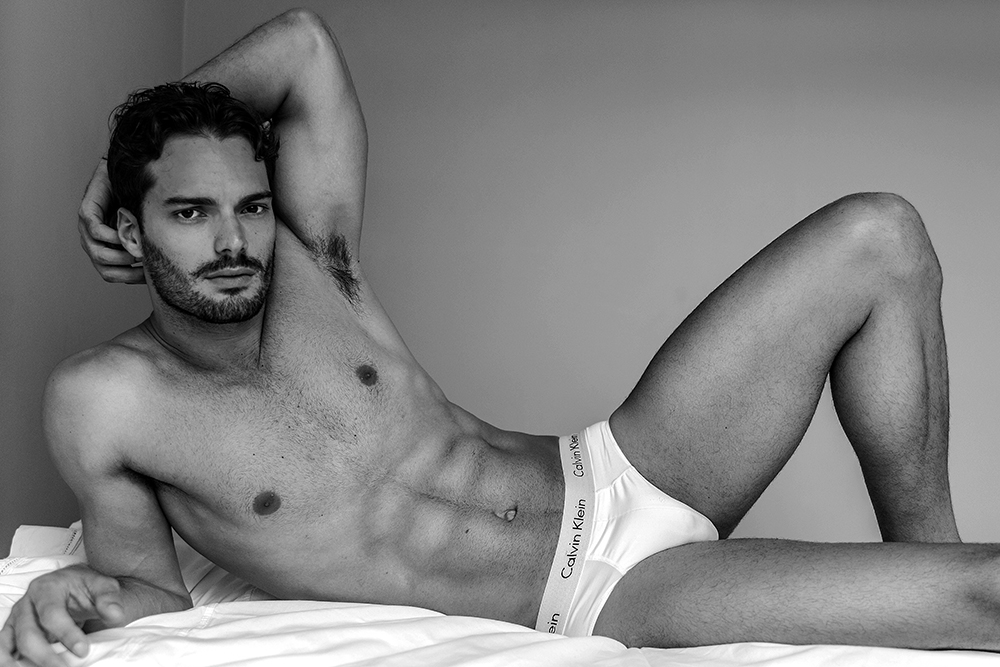 I'll make this the best Monday Motivation to go to gym and start work out. Featuring Brazilian hottie Felipe Tozzi in a black and white photography by Thiago Martini.