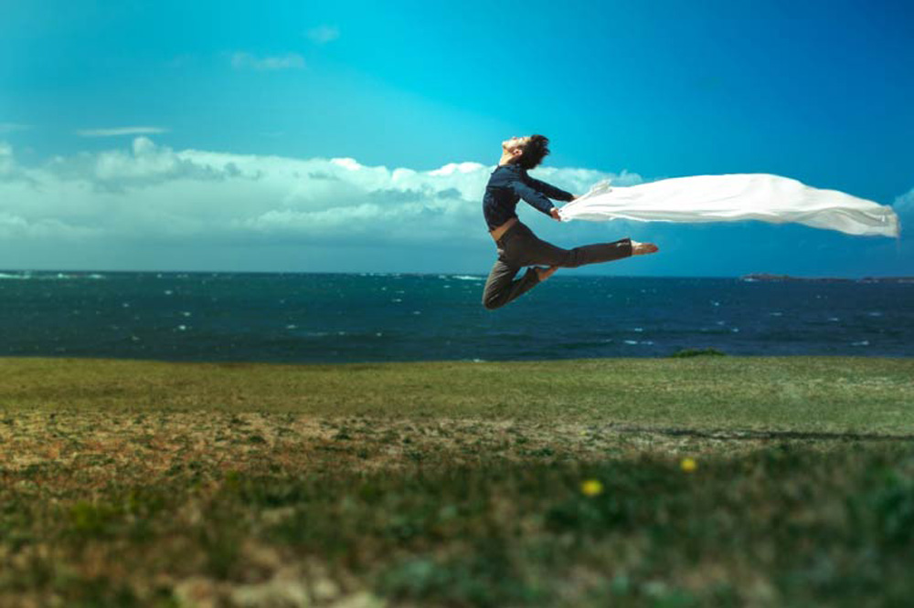 The incredible self-portraits of the young German photographer and dancer Mickael Jou, based in Berlin, embarked on a 365 photos project combining his two passions. Some beautiful and light as air photographs! Source:ufunk